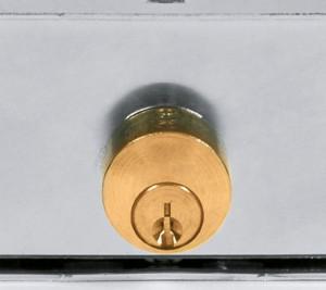 Les cylindres des serrures courantes pour rideaux sont en saillie et sans protection.