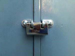 Un cadenas à 2 axes de verrouillage est très pratique à utiliser sur des portes et des portails à deux battants, car on peut le laisser accroché à l'un des deux vantaux.