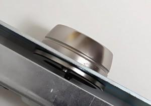 La rosace anti-arrachement de la serrure Viro 8270 a une forme troncoconique afin de ne pas pouvoir être saisie avec des tubes ou autres outils d'effraction.