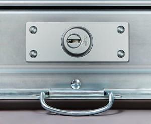 La serrure Viro série8270 montée. À l'extérieur sont visibles: la plaque de protection, la rosace de sûreté et la platine anti-perçage.
