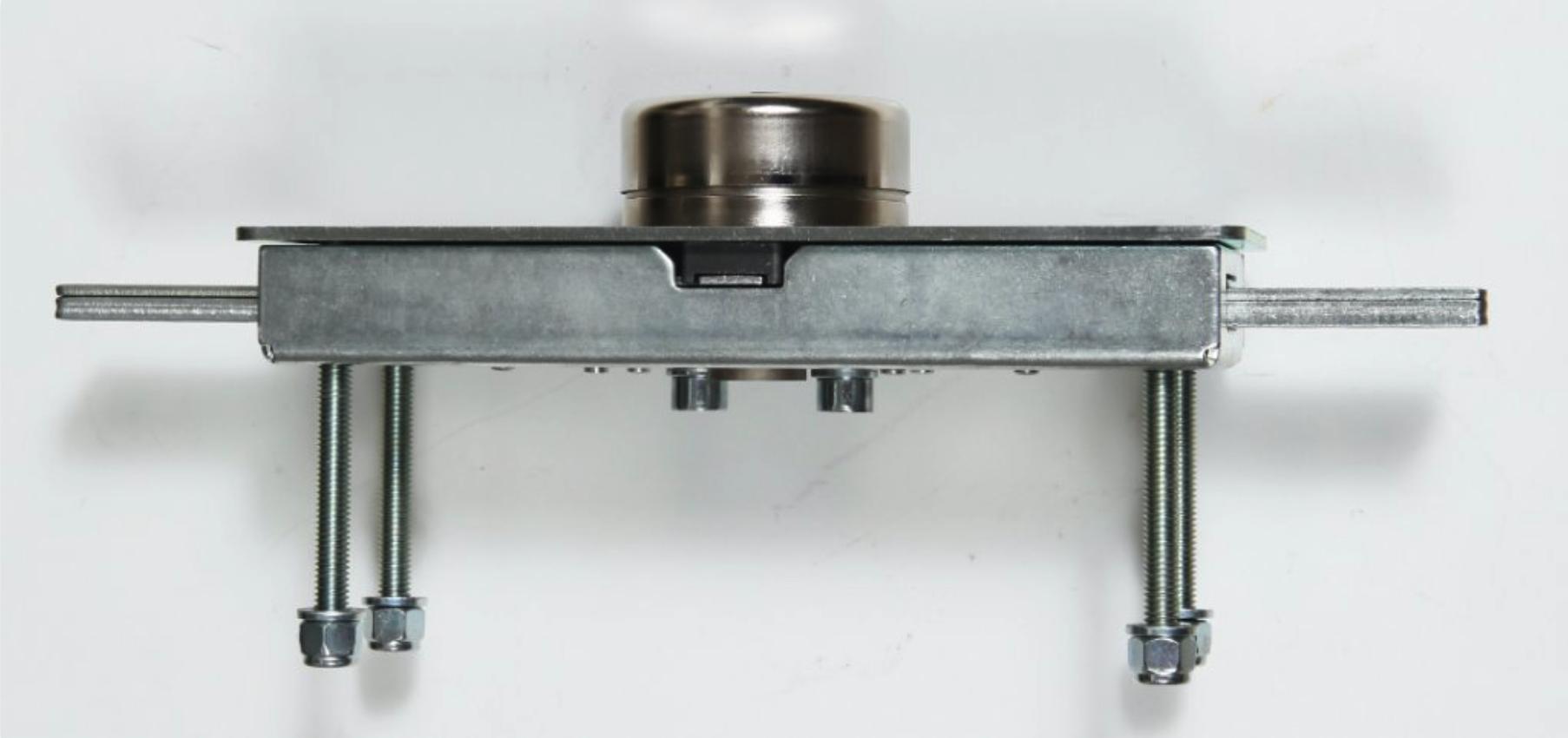 La serrure blindée Viro série 1.8270 avec plaque de protection. La tôle du rideau est enfermée entre la caisse et la plaque de protection pour réaliser un ensemble extrêmement résistant.