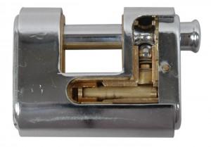 Détails d'un cadenas blindé Viro Panzer, où l'on voit comment le blindage en acier enveloppe le corps en laiton.