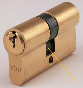 La flèche indique un panneton universel. Quand la clé est extraite, il reste à l'intérieur du cylindre.