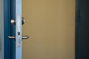 La méthode la plus utilisée par les cambrioleurs pour entrer dans les maisons est de passer par une ouverture trouvée ouverte ! (photo de Håkan Dahlström).