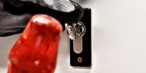 La méthode du key bumping consiste à utiliser une clé qui est spécialement réalisée pour chaque modèle spécifique de cylindre et qui, frappée avec un marteau, permet de faire reculer les contre-goupilles et de libérer la rotation du barillet pour une fraction de seconde.