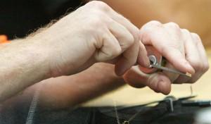 Ouvrir une serrure en la tenant dans la main est beaucoup plus facile que de le faire lorsque la serrure est montée.
