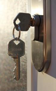 Au lieu du bouton, on peut utiliser une clé que l'on enlève quand on sort. Dans ce cas, pour pouvoir ouvrir la serrure également de l'extérieur, on doit utiliser un cylindre débrayable (photo de flickr/woodleywonderworks).