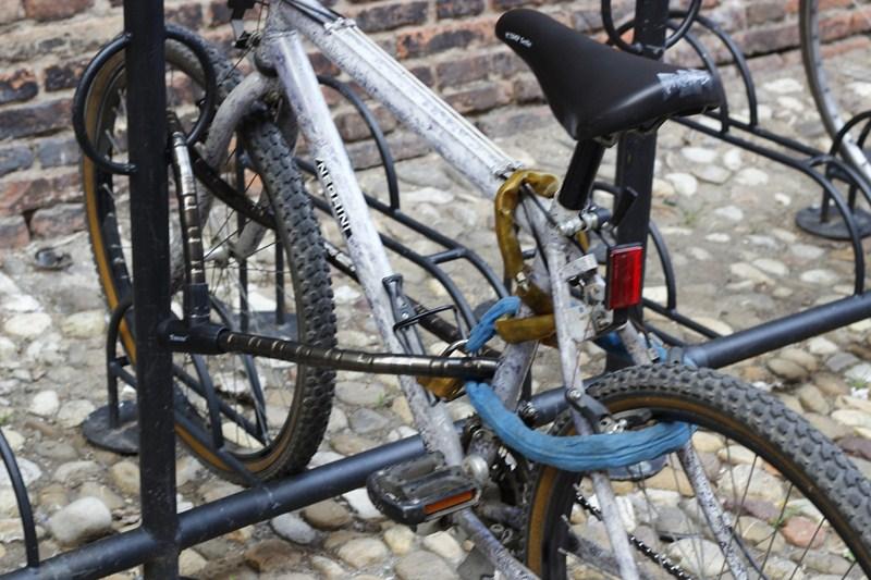 Ici, la roue et le cadre sont attachés à un point fixe avec un câble blindé. Une chaîne lie en revanche la roue arrière.