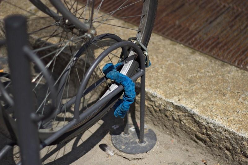 Si on attache seulement la roue, le reste du vélo peut être volé en dévissant 2 vis.