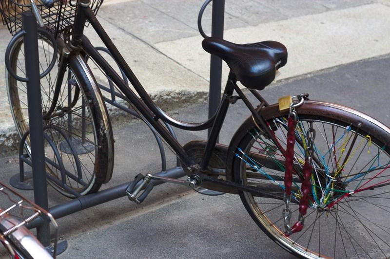 Seule la roue arrière est attachée : on peut prendre et emporter le vélo sans aucun problème.