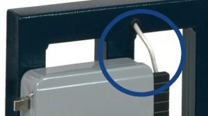 Les câbles d'alimentation des serrures électriques sont souvent exposés en un ou plusieurs points. Tout individu malintentionné peut donc les utiliser pour donner une impulsion « abusive » à la serrure et l'ouvrir.