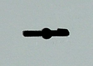 La fente pour l'introduction d'une clé à double panneton est très large.
