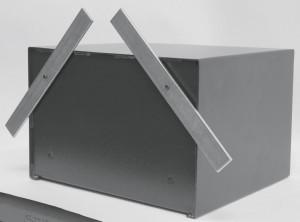 Coffre-fort extérieur avec paroi arrière équipée de pattes de fixation pour pouvoir être emmuré.