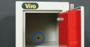 La photo montre un trou de fixation d'une armoire de sécurité.