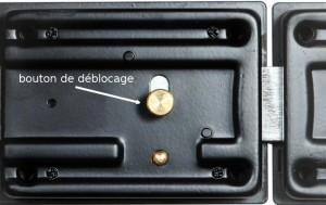 Le bouton intérieur peut être également saisi de l'extérieur, en faisant un petit trou sur la porte.