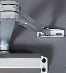 Les ferme-portes Viro ont un bras basculant qui fonctionne même dans le cas de surfaces non coplanaires.