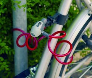La flexibilité des câbles tressés permet d'attacher à un point fixe l'ensemble cadre et roues.