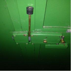 Exemple d'un verrou à cylindre bloqué de l'intérieur avec une broche insérée dans un des trous du pêne dormant.