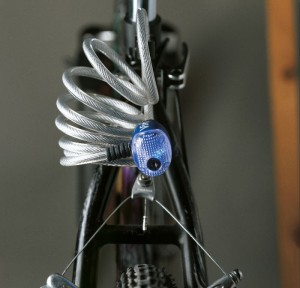 Le câble tressé Viro Ibiza est équipé d'un feu à LED pour améliorer la visibilité de nuit.