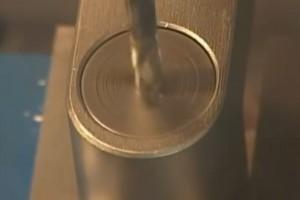 Une platine rotative tourne avec la mèche de la perceuse, l'empêchant ainsi d'avancer.