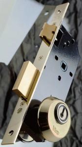 Rosace de sûreté montée sur la serrure avec vis passant dans des trous DIN.