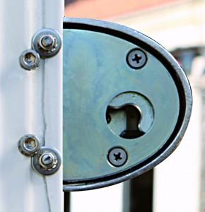 Dans le trou, on peut voir le levier en acier cémenté, trempé et zingué, qui s'engage sur la tige conique en acier inoxydable.