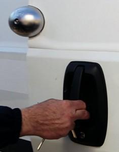 Le « Viro Van Lock » est pratique car il reste attaché à la porte même quand on l'ouvre, et il n'y a donc pas besoin de le mettre et de l'enlever à chaque fois.
