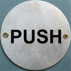 En ce qui concerne le mécanisme d'ouverture, il y a également 2 types de gâches électriques: l'une s'ouvre en appuyant simplement sur le bouton, l'autre s'ouvre si quelqu'un pousse la porte alors que le bouton est pressé (photo de flickr/chrisinplymouth)