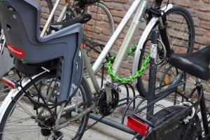Une chaîne avec cadenas permet d'attacher ensemble différentes parties d'un vélo, comme la roue et le cadre, mais aussi de fixer à la moto des accessoires comme les casques et les sacs.