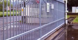 Les portails coulissants sont généralement assez longs et sont donc soumis à des dilatations thermiques saisonnières, qui compromettent souvent le fonctionnement des serrures à crochet traditionnelles.