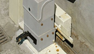 De par la loi, les moteurs des portails automatiques doivent pouvoir être facilement débloqués pour garantir l'ouverture même en cas de panne ou d'absence de courant. Ils ne peuvent donc pas être utilisés pour verrouiller le portail de façon sûre.