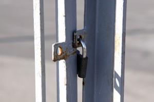 Souvent, les portails coulissants sont verrouillés par un cadenas mais, de cette façon, on perd la commodité de l'ouverture/fermeture automatique (photo de tOrange.biz).