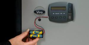 Le porte-piles externe de secours branché à une armoire Viro Ram-Touch