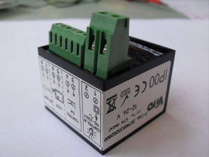 La serrure Viro V09 est fournie de série avec une carte électronique qui permet de la relier à n'importe quel automatisme, en exploitant le signal du clignotant.