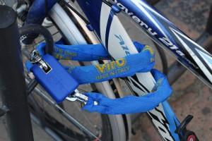 Une chaîne avec cadenas permet, par exemple, de fixer un vélo au râtelier.
