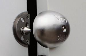 Le Viro Van Lock est une serrure de sécurité supplémentaire pour les véhicules commerciaux, beaucoup plus pratique et plus sûre qu'un cadenas appliqué à la porte.