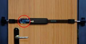 Barre de sûreté électronique Viro appliquée sur une porte en bois.