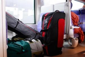Si on voyage de nuit, une bonne idée est d'utiliser le sac à dos en guise d'oreiller et de garder sa valise près de soi.